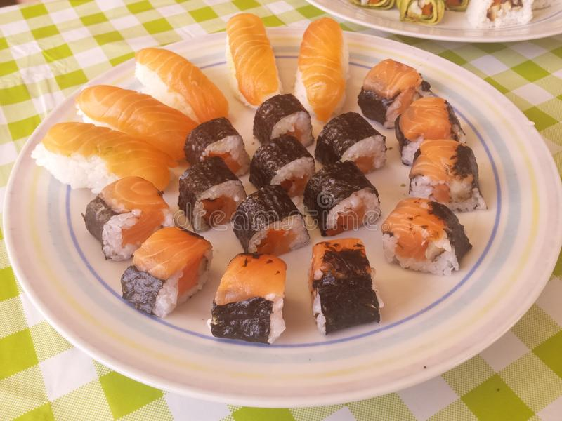 Makis y nigiris de color salmón foto de archivo libre de regalías