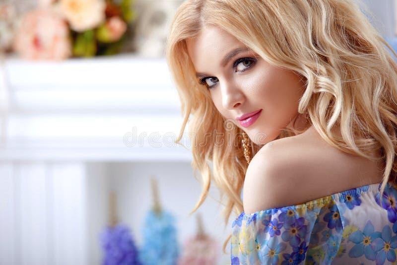 Makiyad и волосы красивого портрета женщины модели девушки профессиональное в цветке одевают на флористической предпосылке, ярком стоковые изображения rf