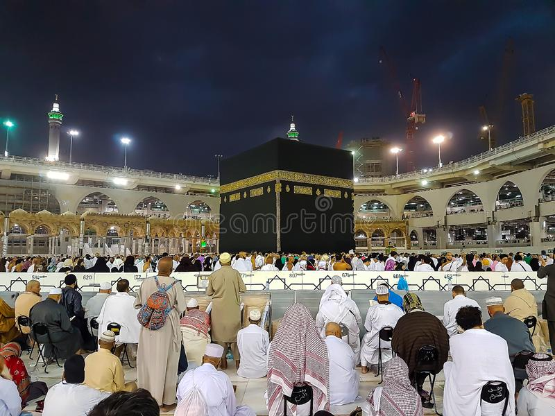 Makkah, Saudi-Arabië - Maart, 2018: Moslimpelgrims in Kaaba in de Haram-Moskee van Mekka, Saudi-Arabië royalty-vrije stock foto