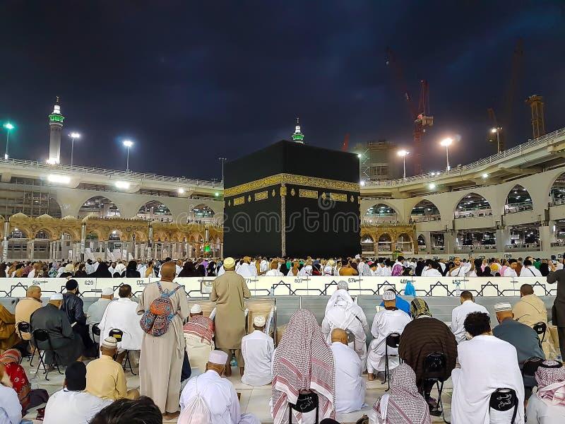 Makkah Saudiarabien - mars, 2018: Muselmanen vallfärdar på Kaabaen i den Haram moskén av Mecka, Saudiarabien royaltyfri foto