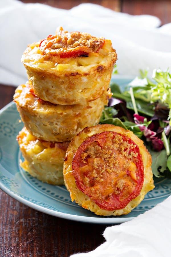 Makkaroni mit Käse im Muffinzinn stockfotos