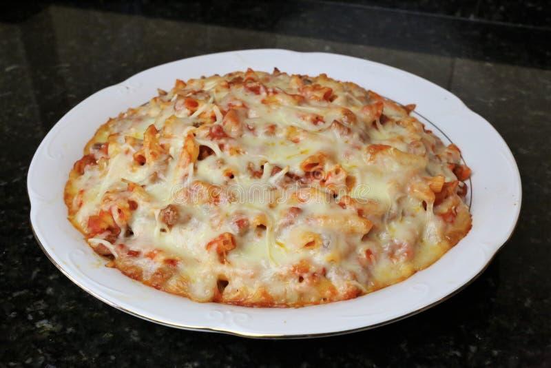 Makkaroni mit Tomatenfleisch und -käse lizenzfreies stockbild