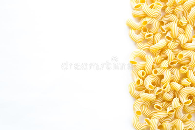 Makkaroni rigati schöne ausgebreitete Teigwaren mit dem Recht, mit einer Seite auf Weiß lokalisierten Hintergrund Großaufnahme vo lizenzfreies stockfoto