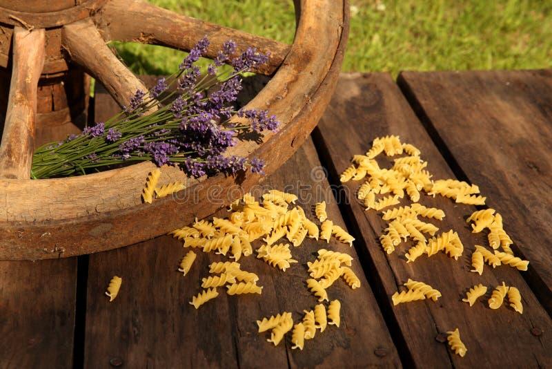 Makkaroni und Lavendel mit Wagenrad stockfotografie