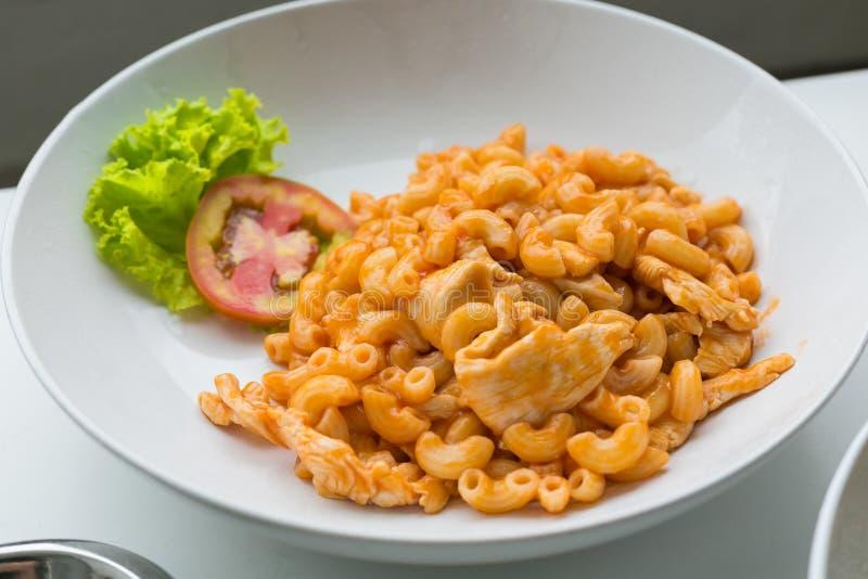 Makkaroni und Tomatensauce mit dem Hühnerfleisch verziert mit scall stockbilder