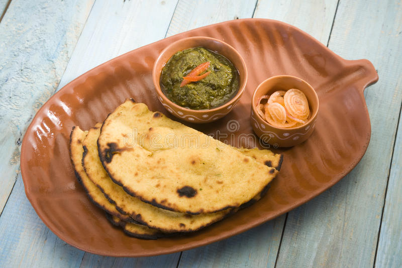 Makki Ki Roti с Saag стоковое изображение rf