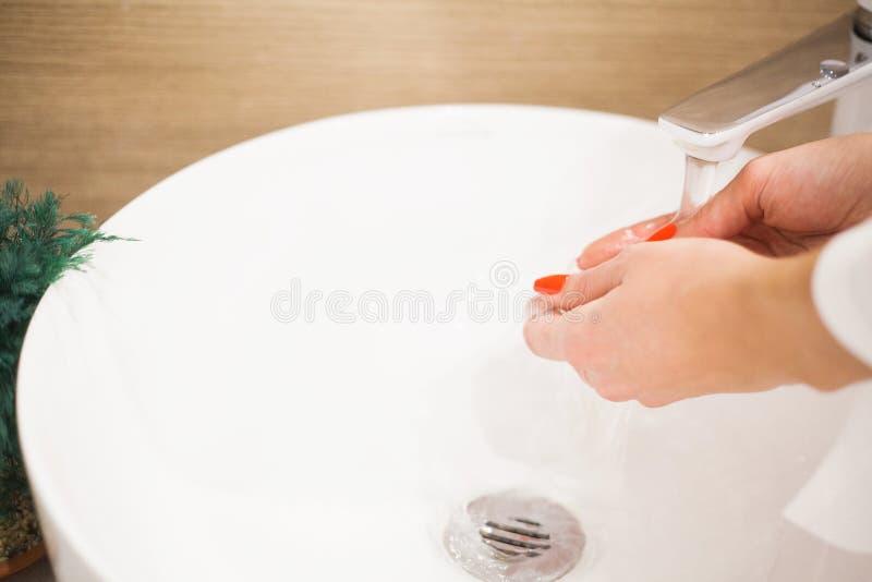 Makr επάνω στη βούρτσα Γυναίκα που πλένει τη βρώμικη βούρτσα makeup με το σαπούνι και τον αφρό στο νεροχύτη στοκ εικόνα
