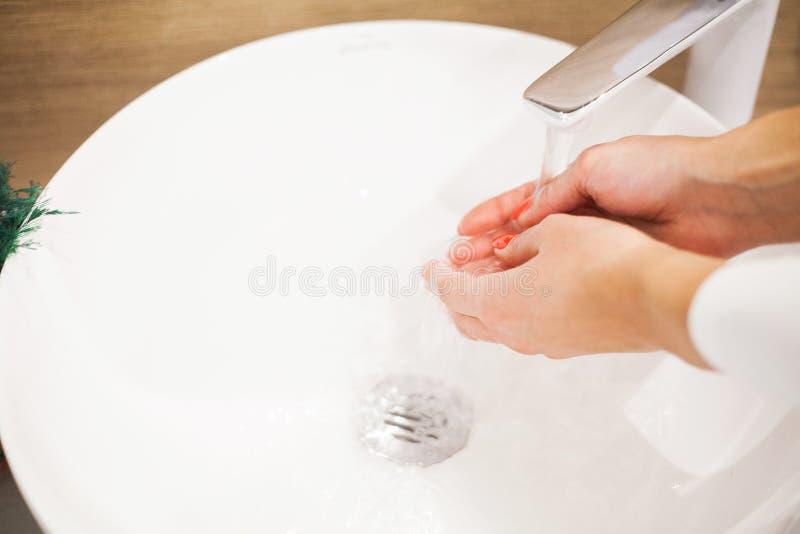 Makr sulla spazzola Spazzola sporca di trucco di lavaggio della donna con sapone e schiuma nel lavandino fotografia stock