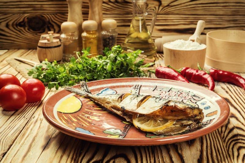 Makreel met citroen op plaat, knoflook, Gebakken vissen, Gehele bak wordt gebakken die stock foto's