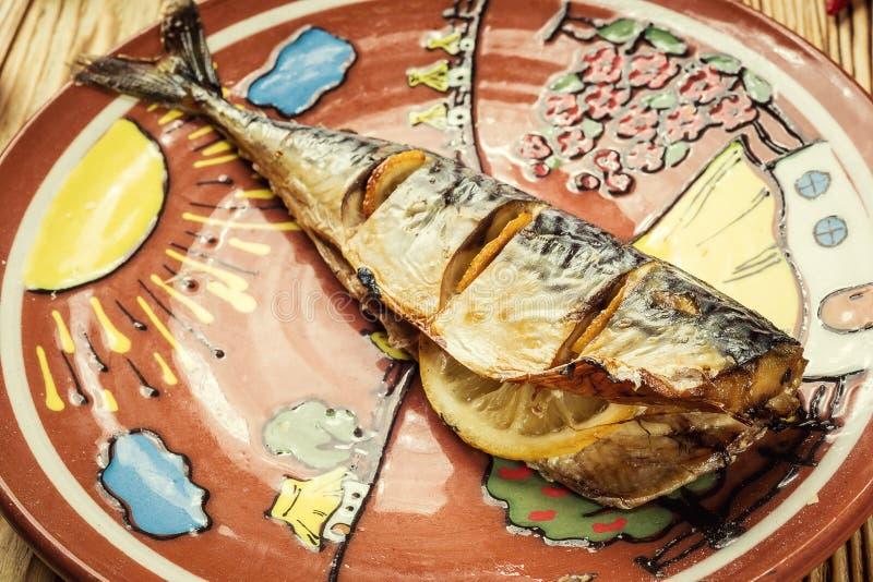 Makreel met citroen op plaat, knoflook, Gebakken vissen, Gehele bak wordt gebakken die stock fotografie