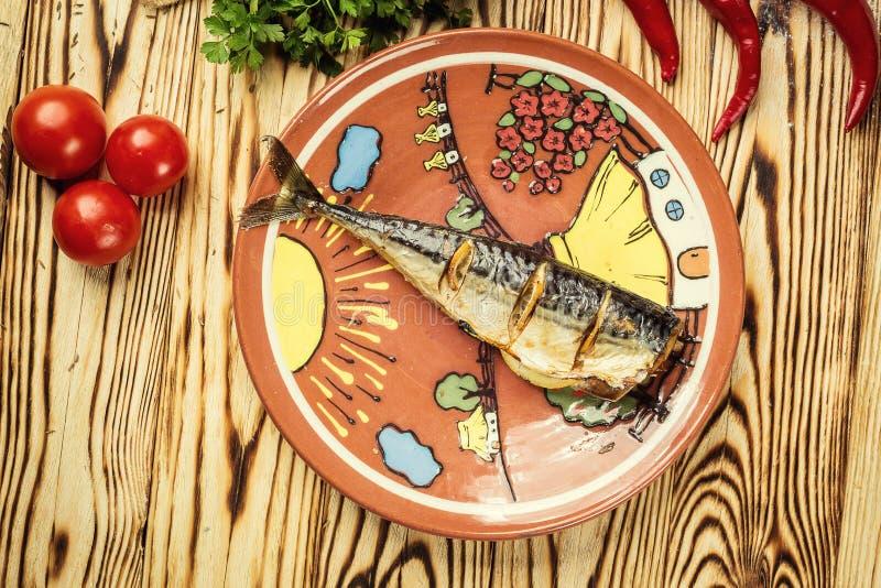 Makreel met citroen op plaat, knoflook, Gebakken vissen, Gehele bak wordt gebakken die stock foto