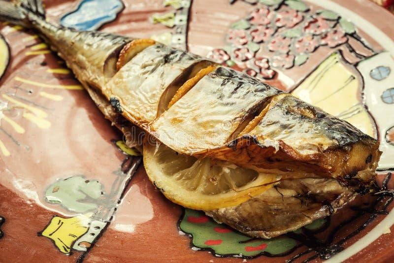 Makreel met citroen op plaat, knoflook, Gebakken vissen, Gehele bak wordt gebakken die royalty-vrije stock afbeeldingen