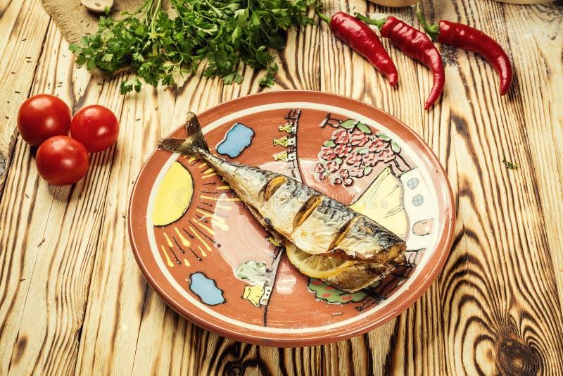 Makreel met citroen op plaat, knoflook, Gebakken vissen, Gehele bak wordt gebakken die royalty-vrije stock afbeelding