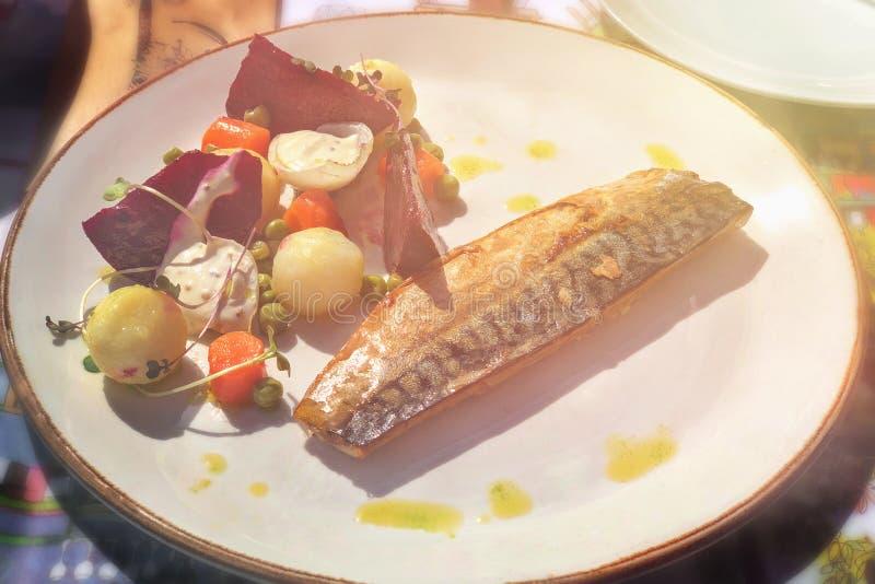 Makrill som grillas med den grovt högg av blandningen av grönsaker arkivfoto
