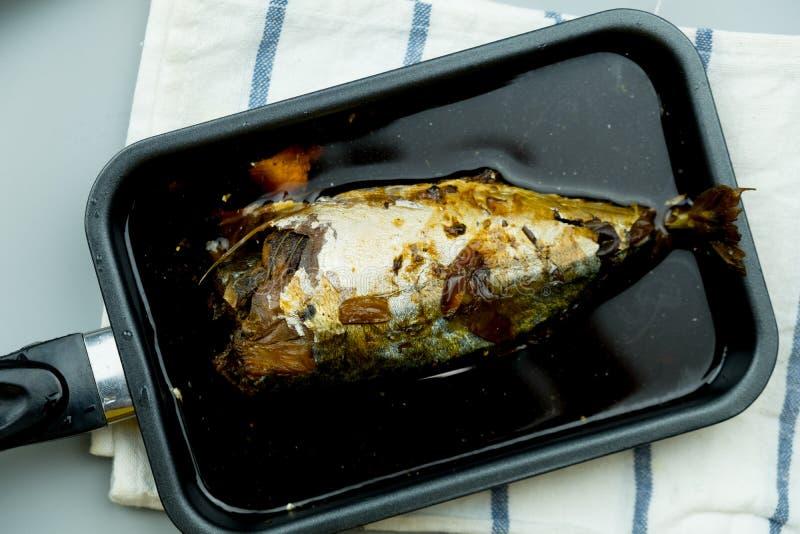 Makrillfisk som kokas med thail?ndsk inf?dd s?s arkivbilder