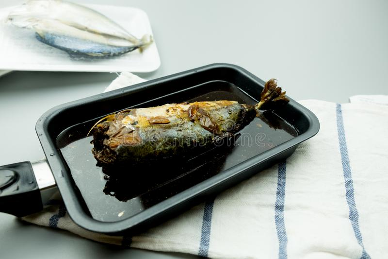 Makrillfisken kokade med den thailändska infödingen fotografering för bildbyråer