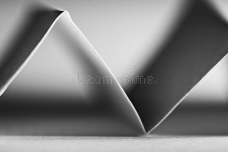 Makro abstrakt begrepp, svartvit bild av ett sicksackpapper royaltyfri bild