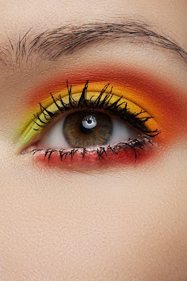 Makro av det soliga ögonsminket för mode. Härligt öga arkivfoton