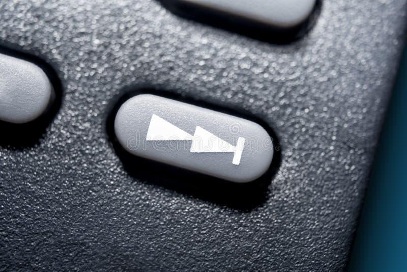 Makro av en framåt knapp för svart överhopp på svart fjärrkontroll för ett stereo- ljudsignalsystem för Hifi royaltyfri fotografi