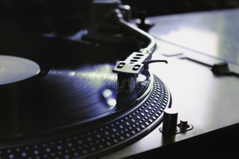 Makro av en yrkesmässig discjockeyskivspelare Begrepp: Musik discjockey, hobby, passion arkivbild