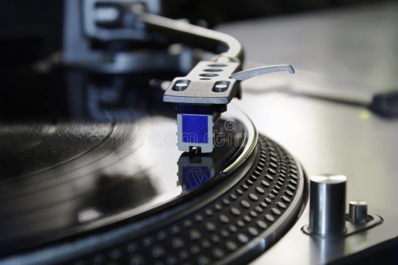 Makro av en yrkesmässig discjockeyskivspelare Begrepp: Musik discjockey, hobby, passion royaltyfri bild