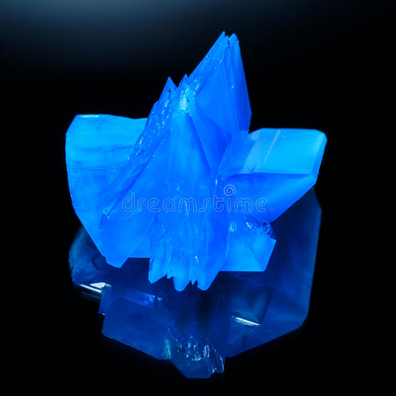 Makro av kopparsulphatekristallen royaltyfri foto