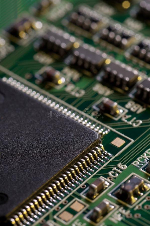 Makro av pcb för bräde för elektronisk strömkrets i gräsplan arkivbilder