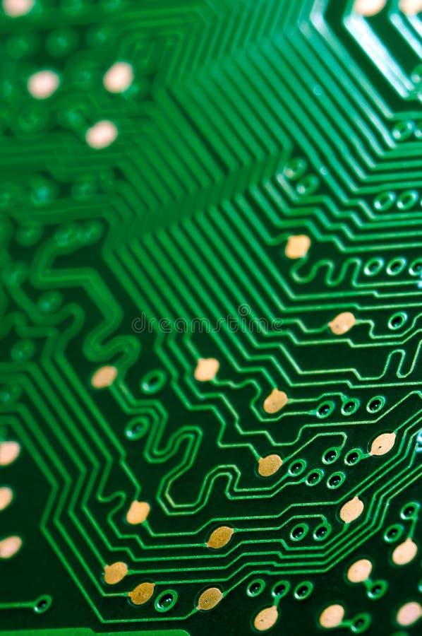 Makro av pcb för bräde för elektronisk strömkrets i gräsplan royaltyfri bild
