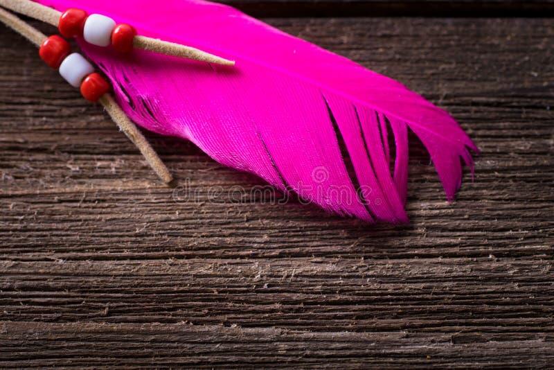 Makro av torr träbakgrund för tappning med rosa fjädergarnering arkivfoton