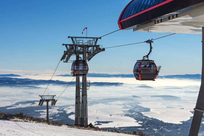 Makro des grünen Grases GONDELBAHN Kabine des Skiliftes im Skiort lizenzfreie stockfotografie
