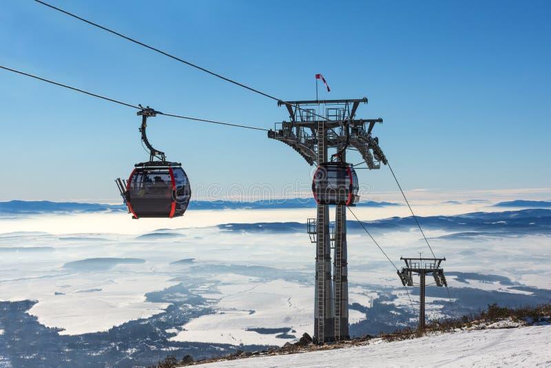 Makro des grünen Grases GONDELBAHN Kabine des Skiliftes im Skiort lizenzfreie stockbilder
