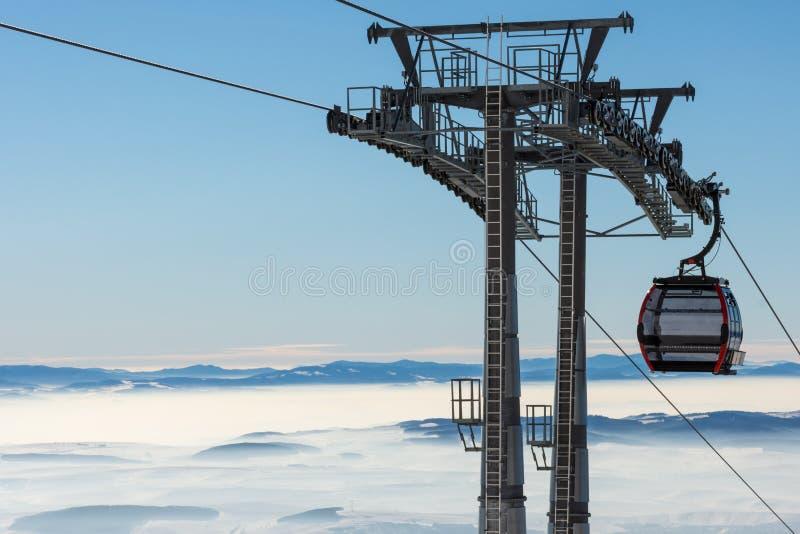Makro des grünen Grases GONDELBAHN Kabine des Skiliftes im Skiort lizenzfreies stockbild