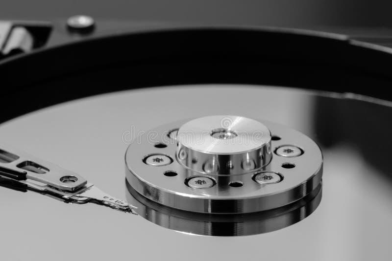 Makro eines Lese-Schreibkopfes auf einer Servierplatte des Festplattenlaufwerks stockfoto