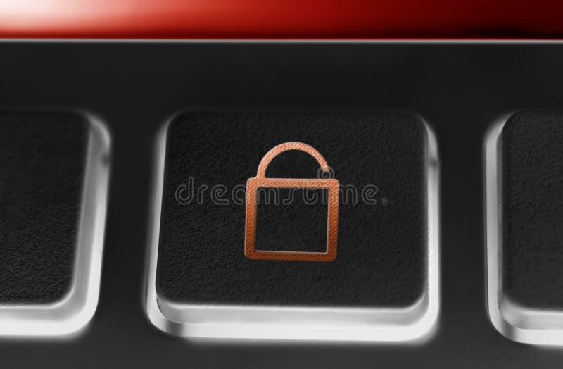 Makro eines schwarzen Knopfes mit Rot geöffneter Sicherheitsschloss-Ikone und Hintergrundbeleuchtung lizenzfreie stockfotografie