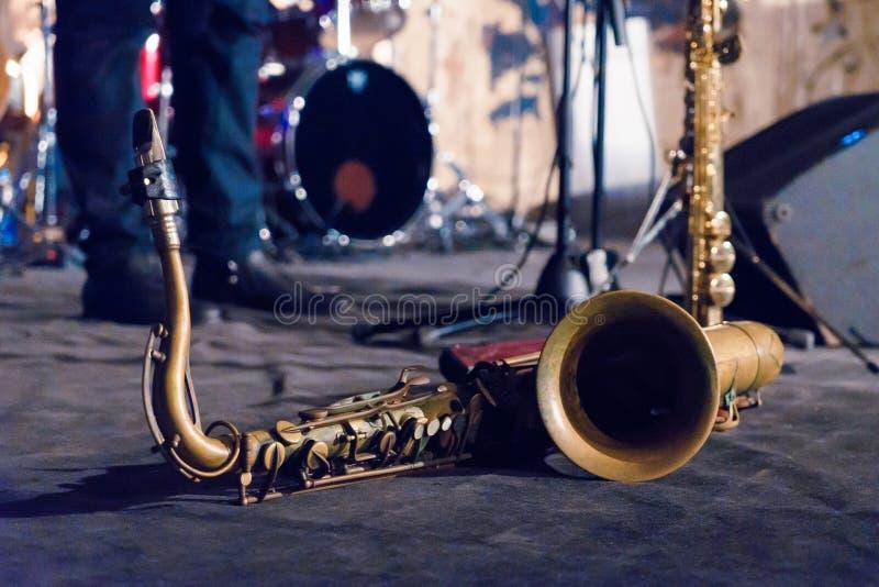 Makro för saxofon för tenorsaxofon guld- med den selektiva fokusen på svart royaltyfri bild