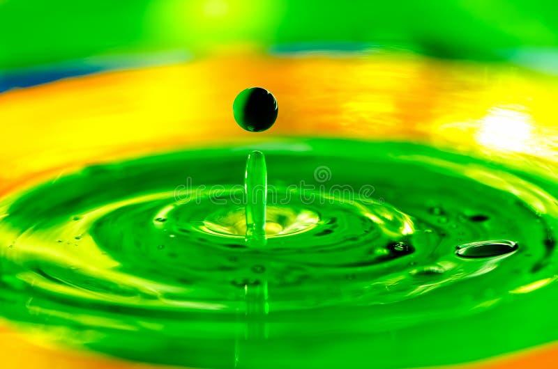 Makro flüssige Farbentropfen, die des Wassers spritzen lizenzfreies stockbild