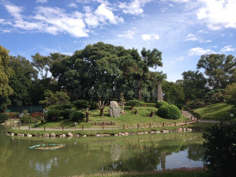 makro grabijący ogrodniczego piasek ryzyka trzy kamienie zen zdjęcie royalty free