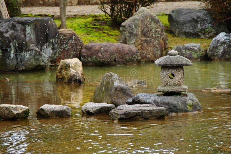 makro grabijący ogrodniczego piasek ryzyka trzy kamienie zen zdjęcia stock