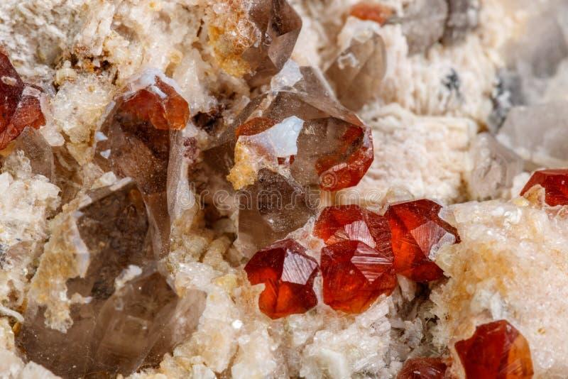 Makro- kopalina kamień Spessartine, skaleń, Dymiąca kwarc na białym tle, zdjęcie stock