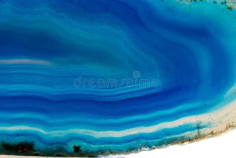 Makro- kopalina kamienia agata Błękitny traken biały tło zdjęcia royalty free