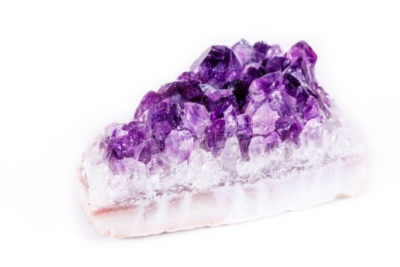 Makro- kopalina kamienia purpurowy ametyst w kryształach na białym backg obrazy stock