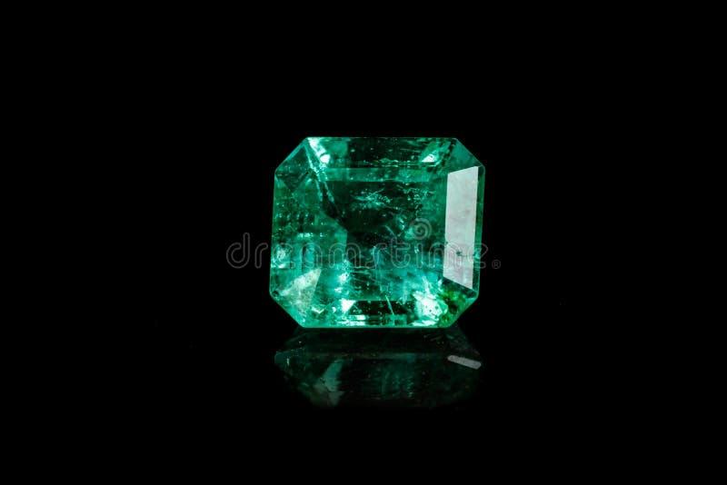 Makro- kopalny Szmaragdowy gemstone faceted na czarnym tle zdjęcia royalty free