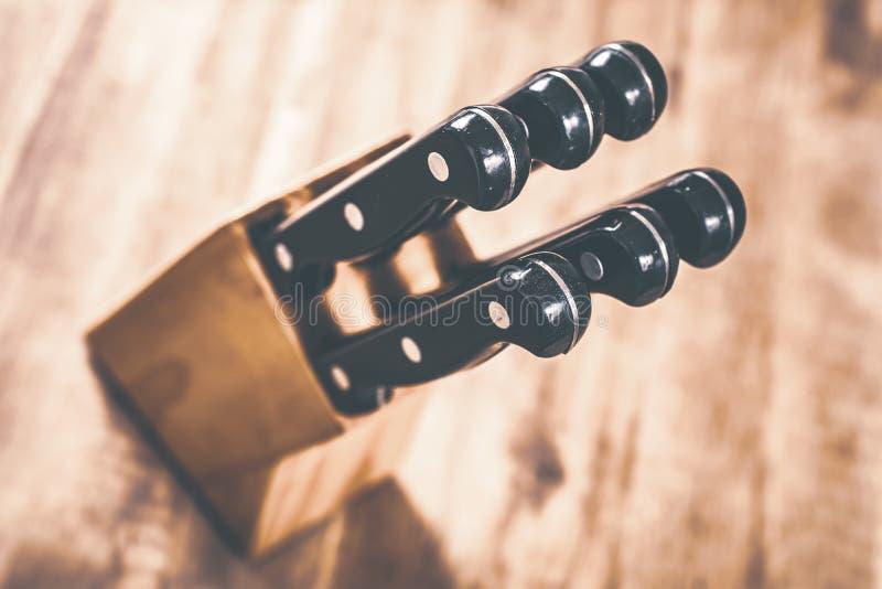 Makro- Kuchenny Knive blok Z 6 nożami Na stole, Wysokiego kąta widok obraz stock