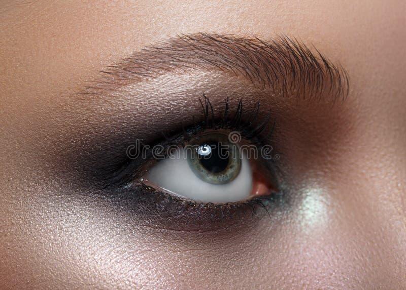 Makro- Perfect makeup i brwi Piękni szarość oczy zdjęcie royalty free