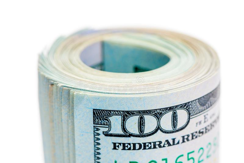 Makro- rolka staczający się w górę 100 dolarowych rachunków i dociskający gumowym zespołem na białym tle obrazy royalty free