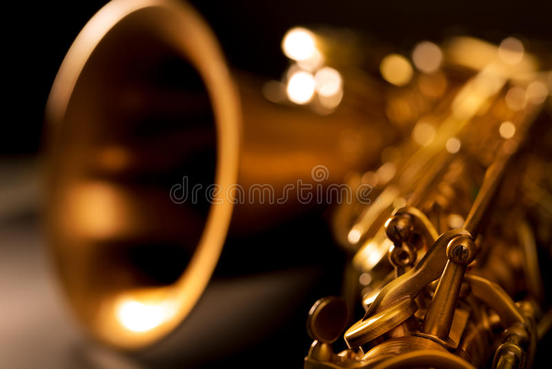 Makro selektiver Fokus des goldenen Saxophons des Tenorsaxofons stockfotografie