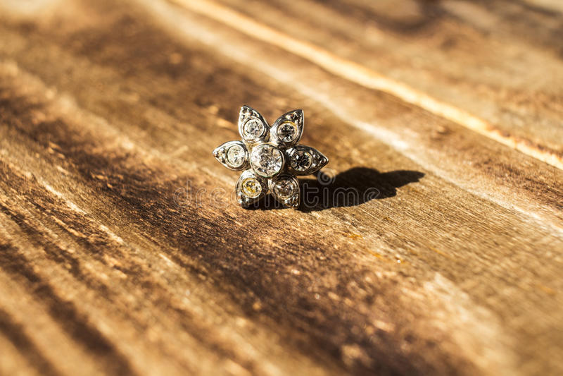 Makro silberner Ohrring mit Stein stockfotografie