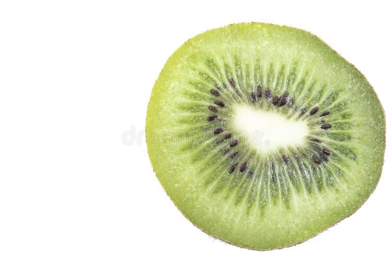 Makro som skivas av kiwi som isoleras på vit bakgrund i snabb bana royaltyfria bilder