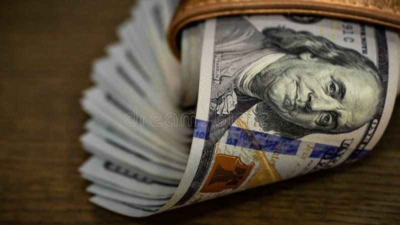 Makro som skjutas av en 100 dollar Dollar Closeupbegrepp Amerikanska dollar kassapengar bockar hundra Stående för Benjamin Frankl arkivfoton