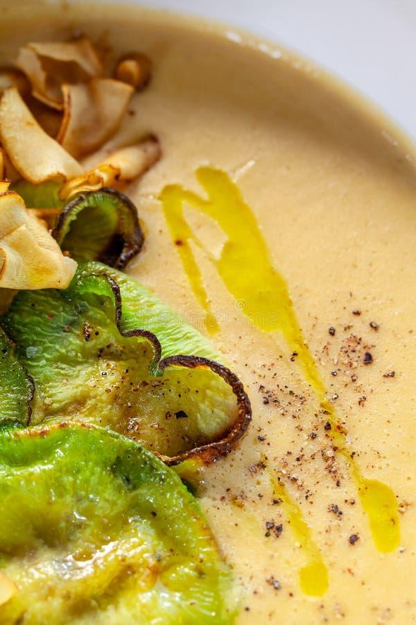Makro som skjutas av en smaklig kräm- soppa med grönsaker, bästa sikt arkivfoto